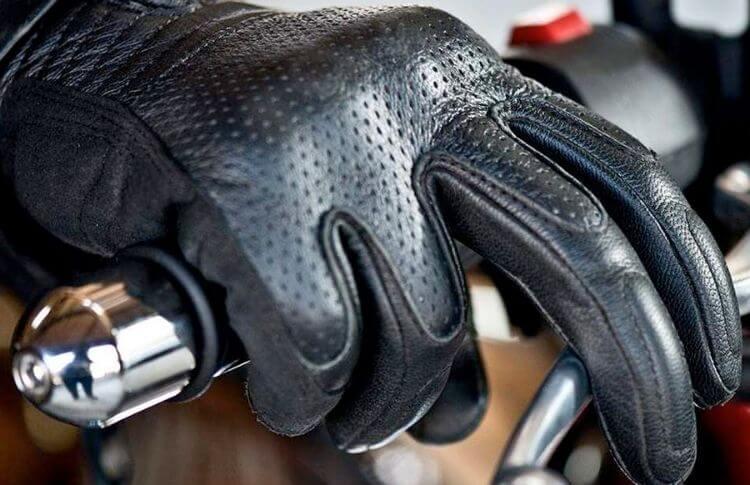 Des gants de scooter pour l'été, reconnaissables avec les micros aérations