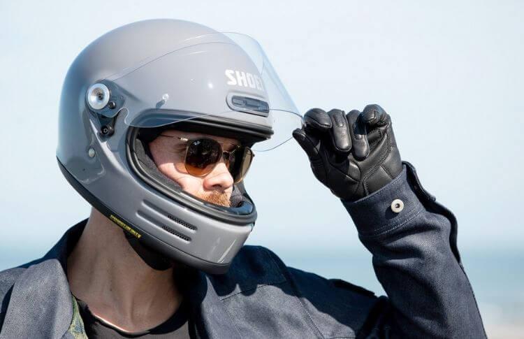 Un conducteur de scooter avec un casque intégral