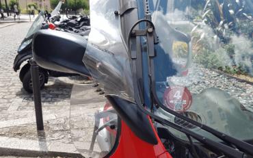 Un scooter à Paris avec la vignette Crit'Air numéro 4 sur le pare-brise
