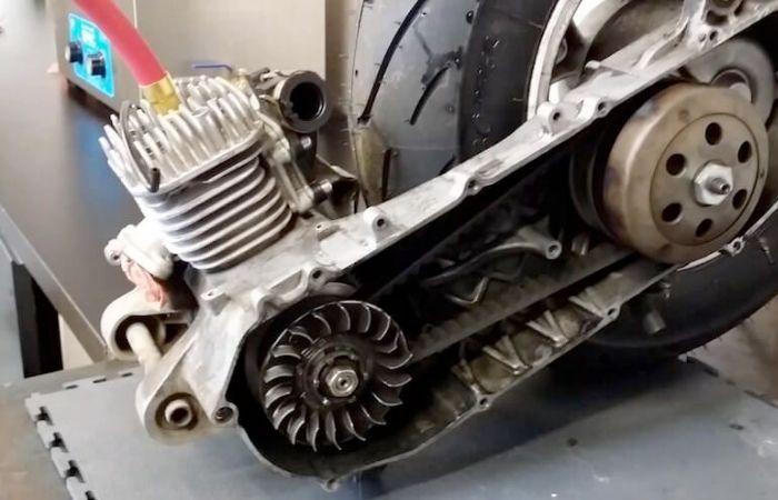 Scooter 50cc : faut-il prendre un moteur 2T ou 4T ? Nos réponses et conseils
