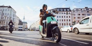 Clap de fin pour COUP - Un scooter électrique COUP circule sur un boulevard à Berlin