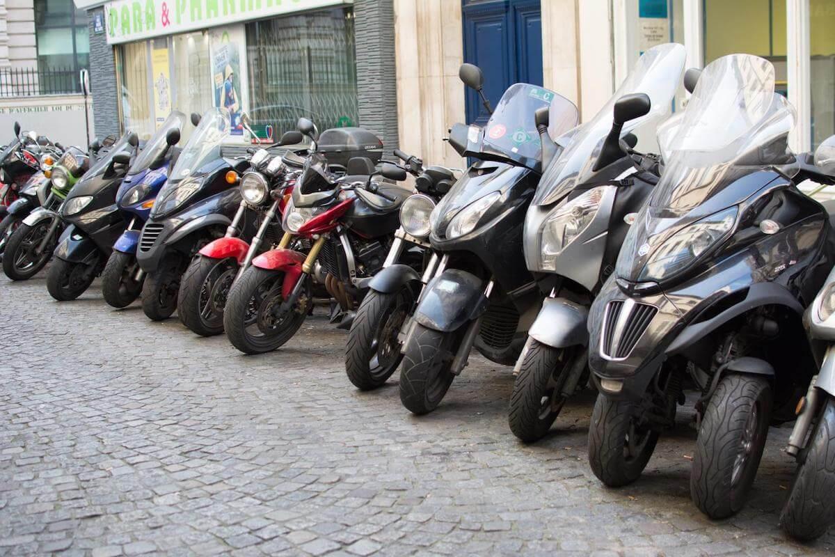 Scooters garés sur un parking à 2 roues