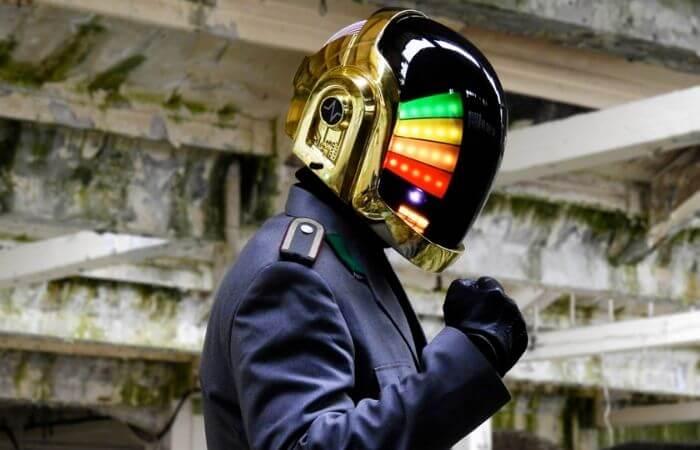 Un des chanteurs du duo électro Daft Punk avec un casque très coloré