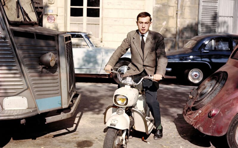 Une photo de Raymond Depardon son scooter italien de la marque Rumi